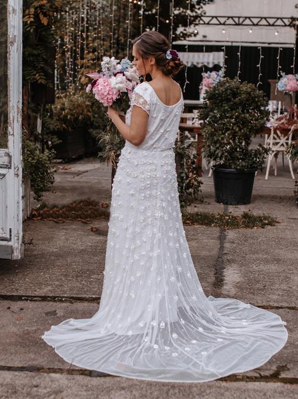Gatsby Hochzeitskleid mit Blumen und Schleppe